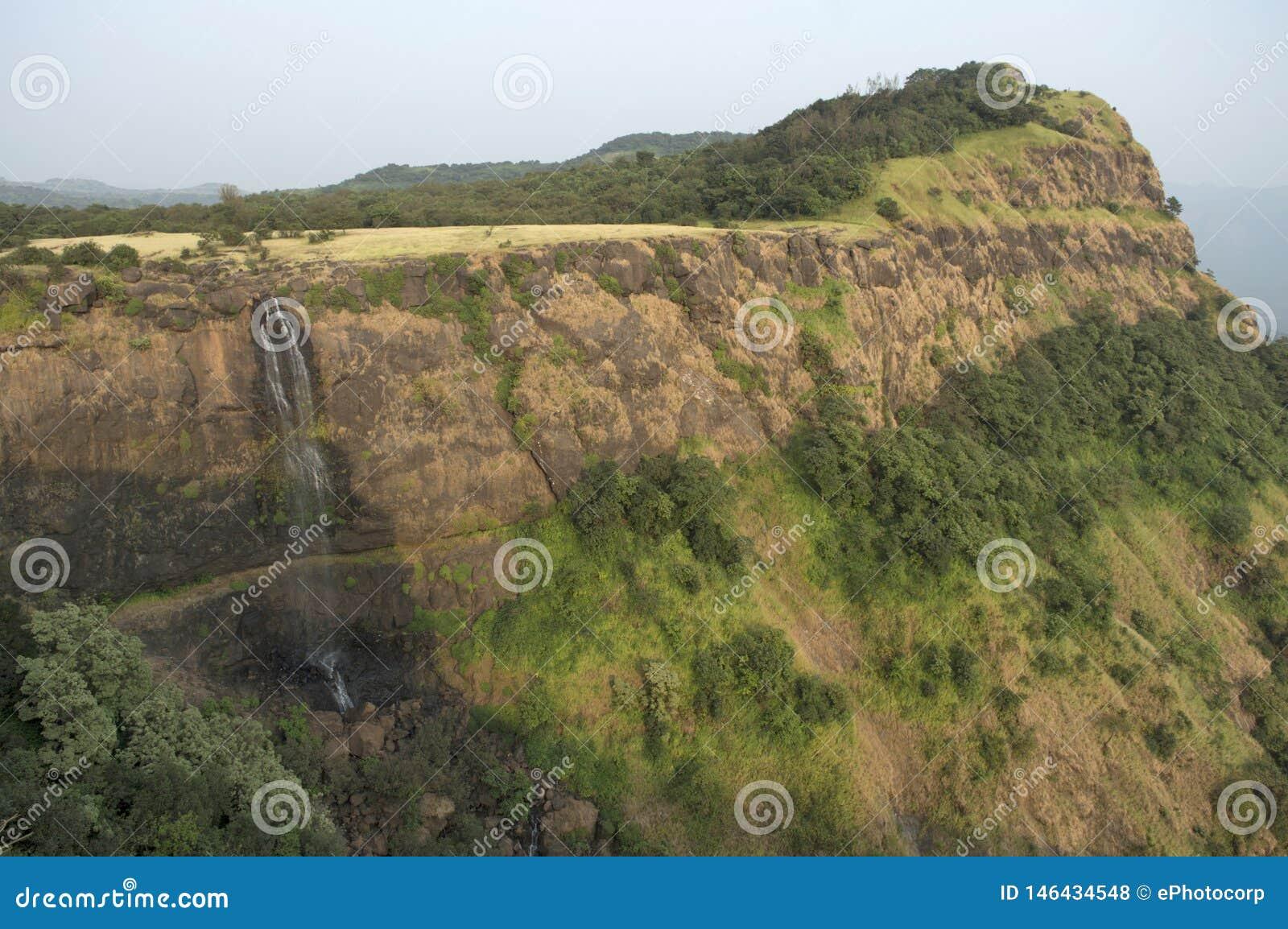 Vue de paysage d une cascade et d une montagne près de Ghats fait, maharashtra de Pune