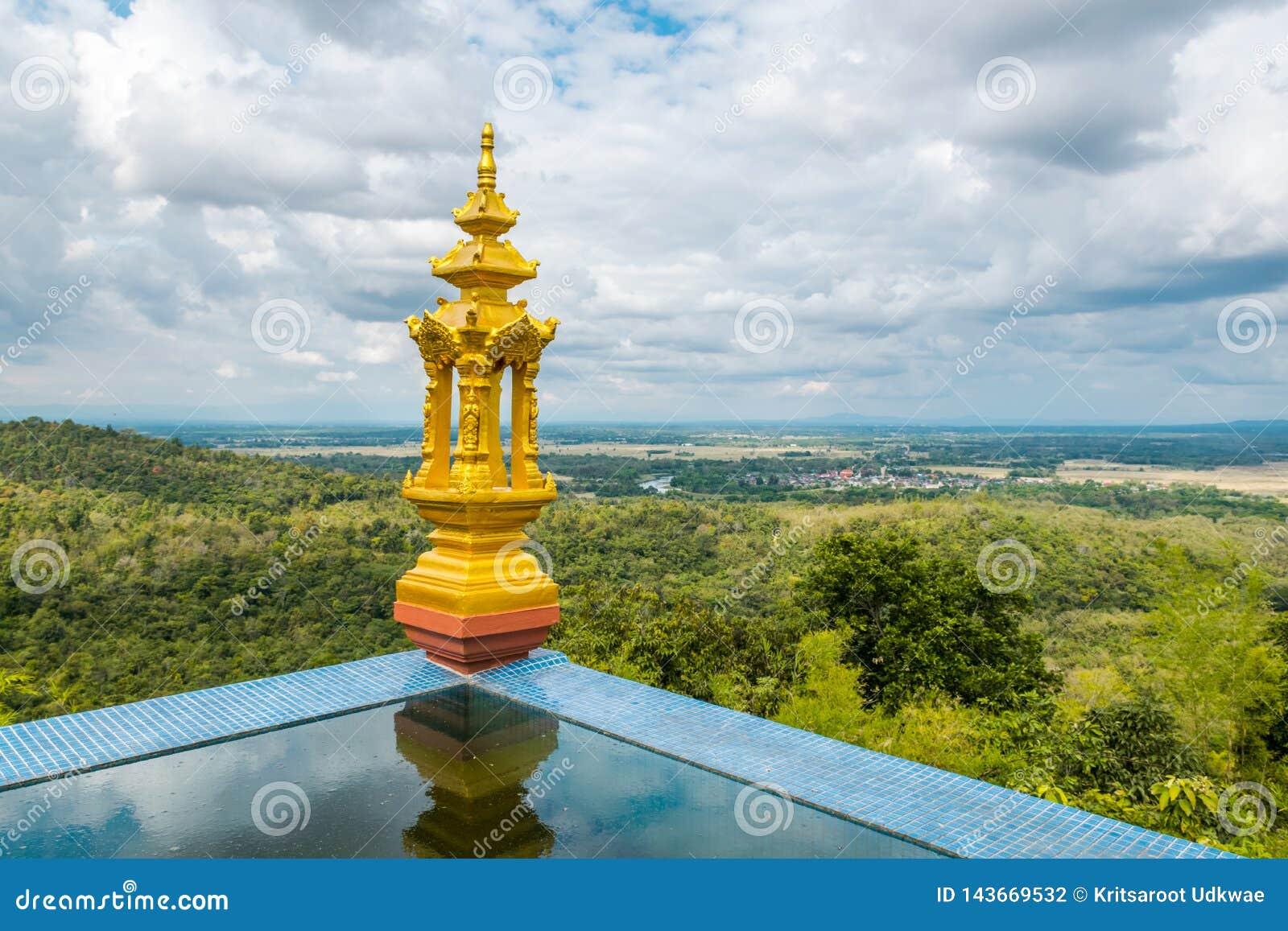 Vue de paysage de Lampang, Thaïlande avec la sculpture d or