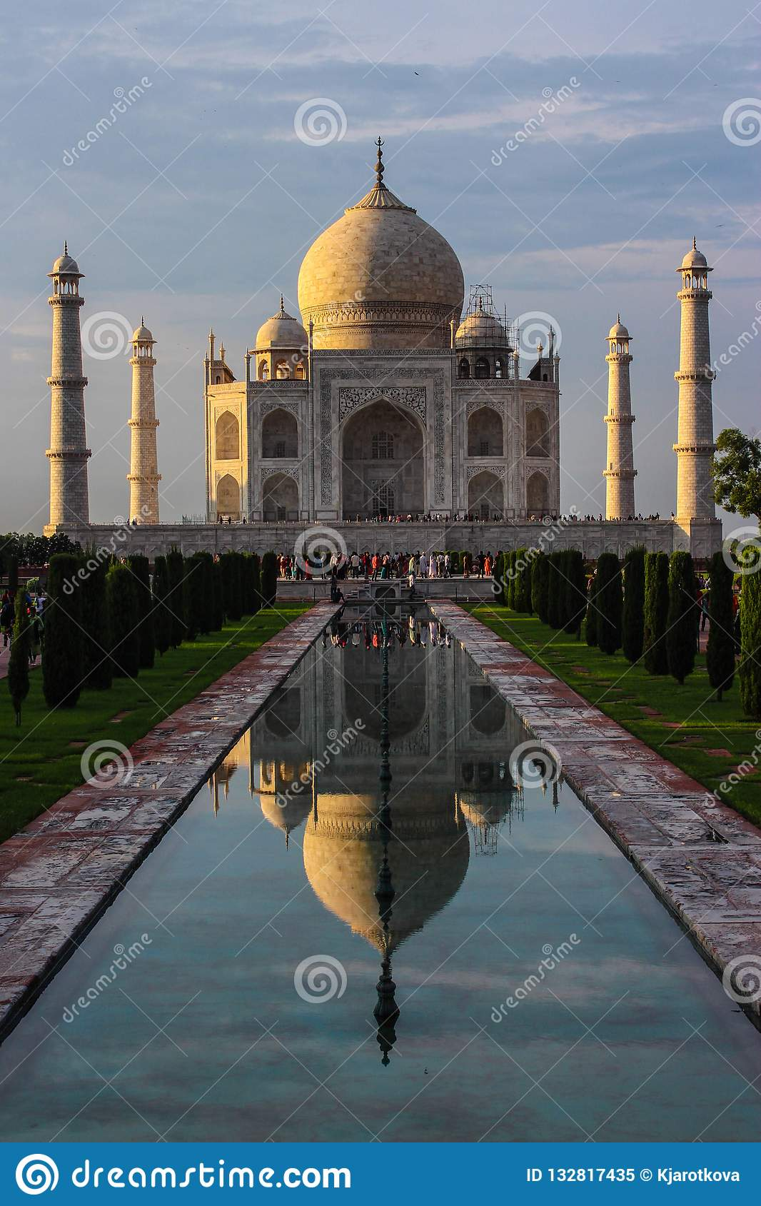 Vue de perspective du Taj Mahal avec la réflexion dans W