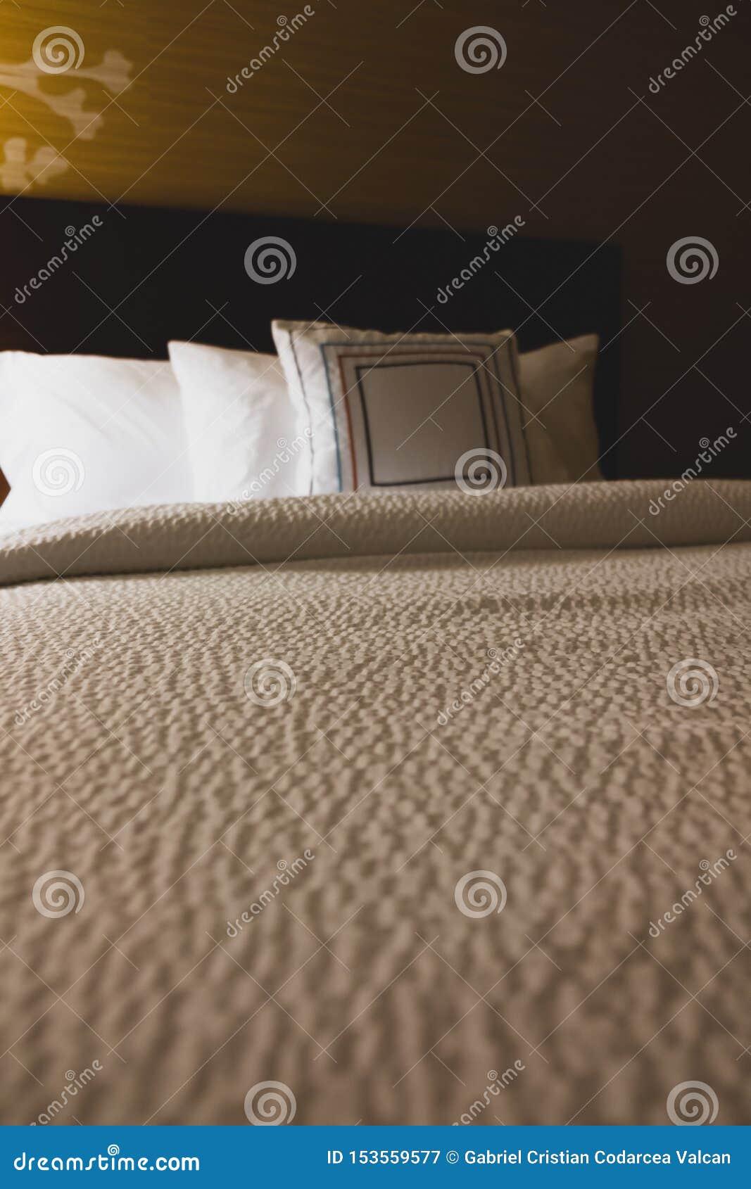 Vue de perspective vide de lit d hôtel