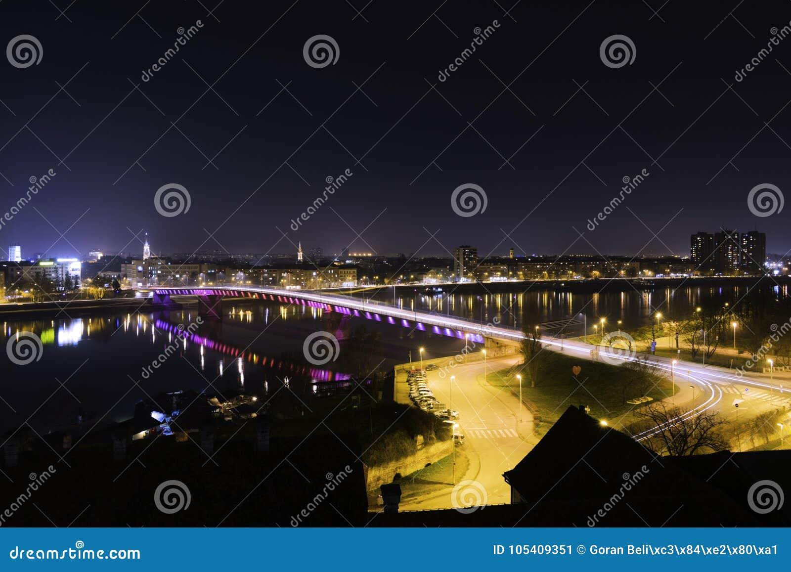 Vue de pont en Danube et en arc-en-ciel à Novi Sad