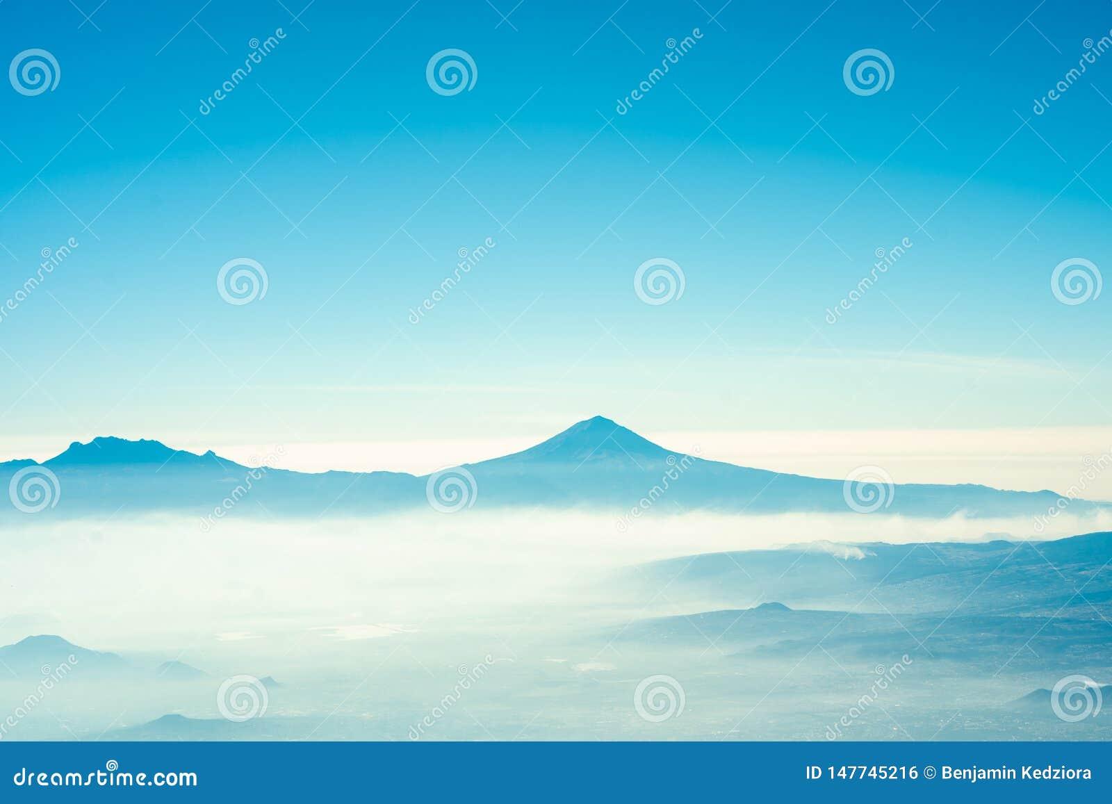 Vue de popocatepetl en vol avec sentiment d été de ciel bleu