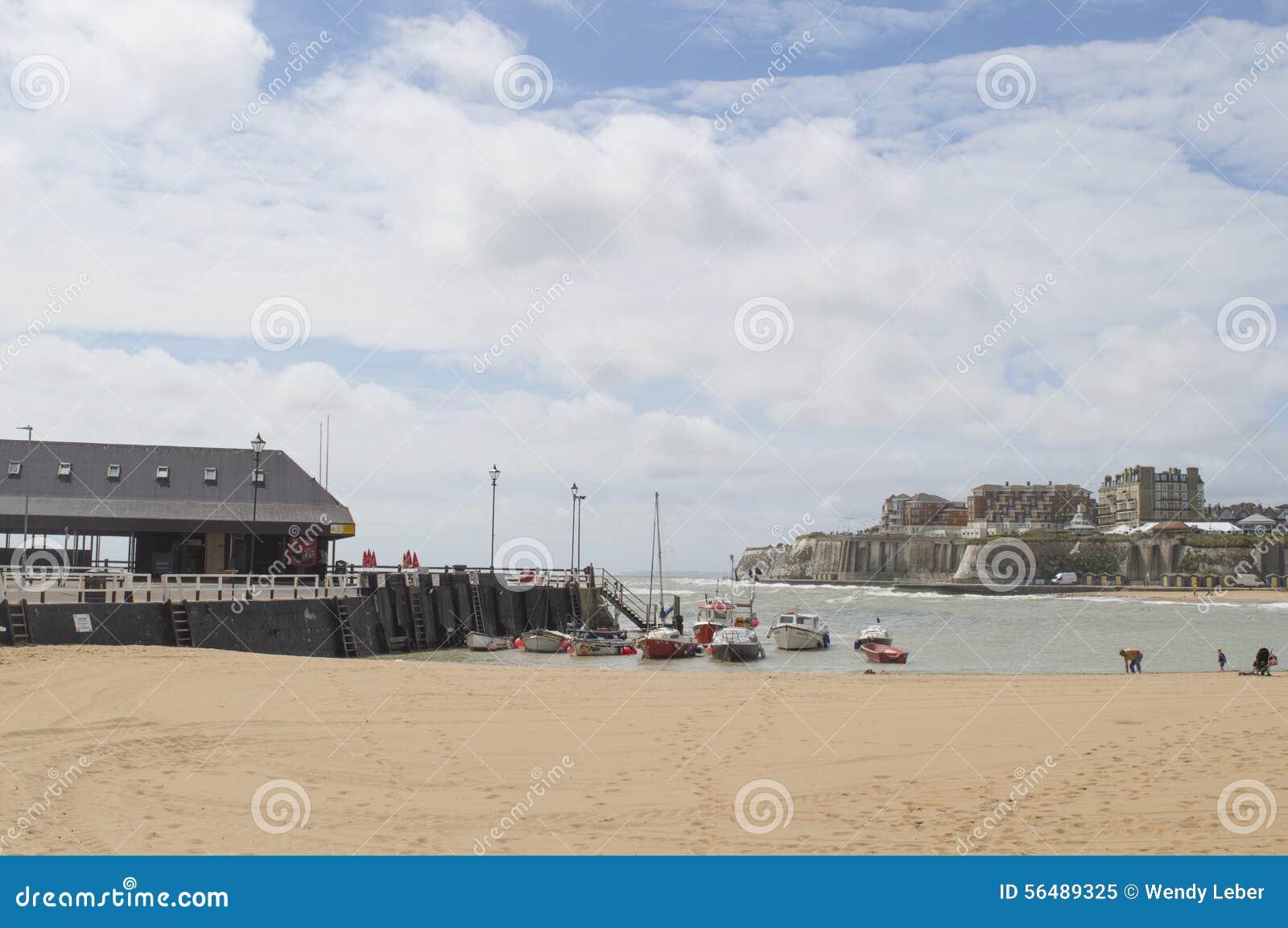 Vue de port de Broadstairs, de Kent et de plage