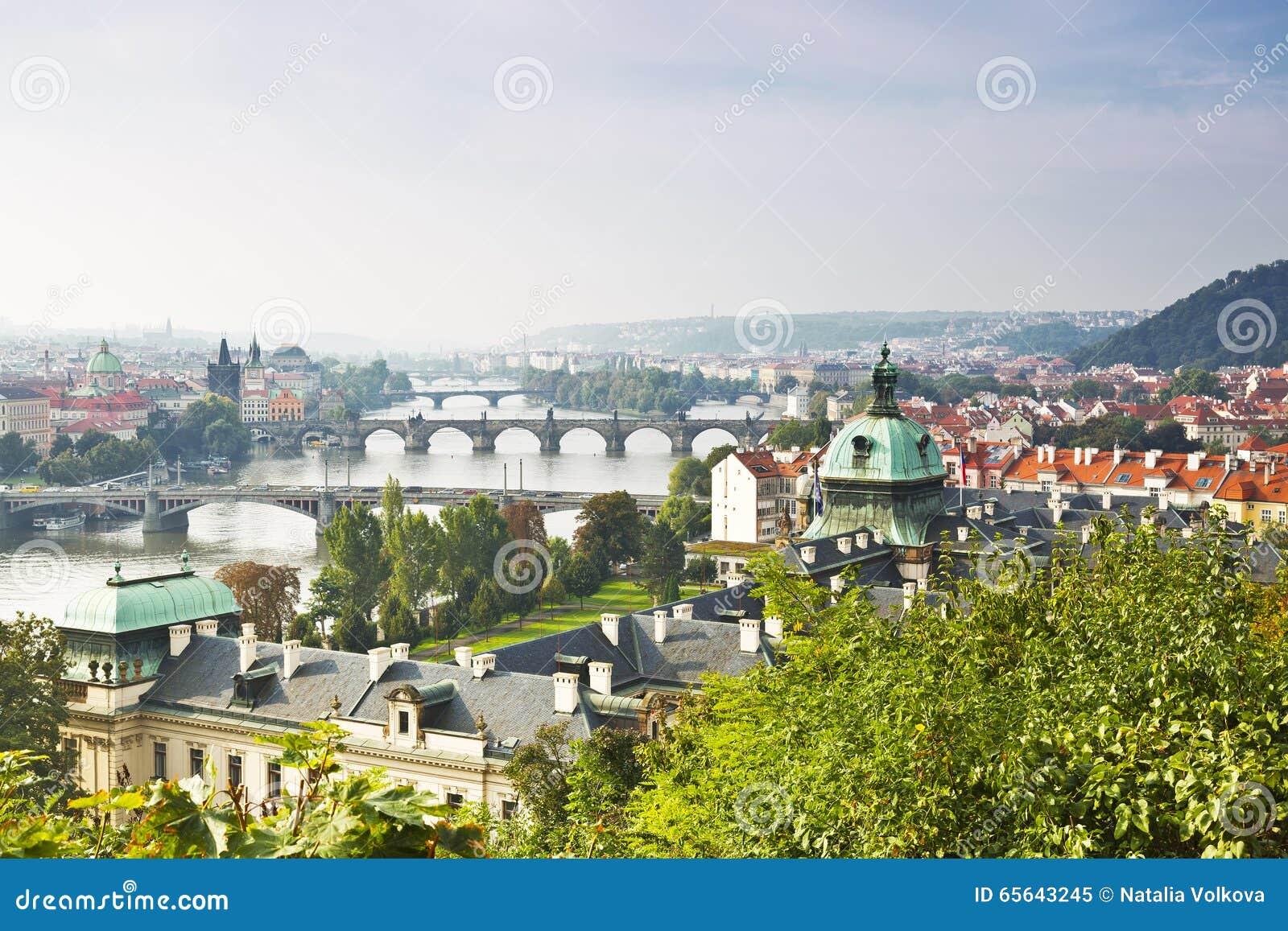 Vue de Prague et des ponts pendant le début de la matinée,