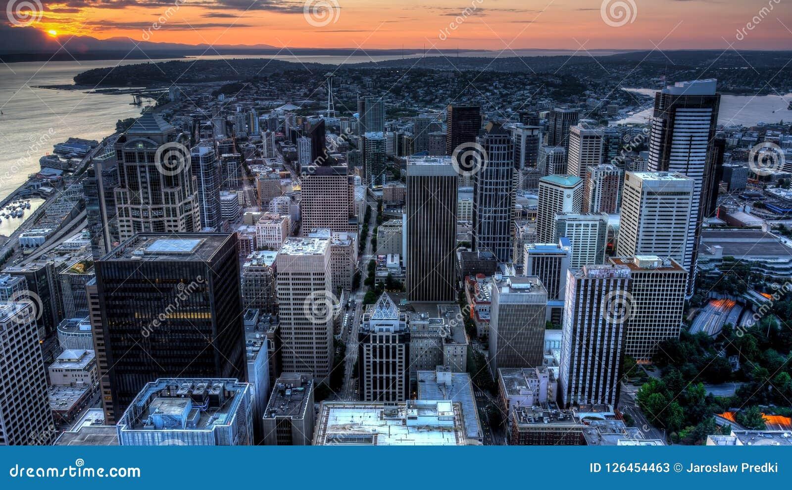 Vue de Puget Sound avec les cieux bleus et Seattle du centre, Washington, Etats-Unis