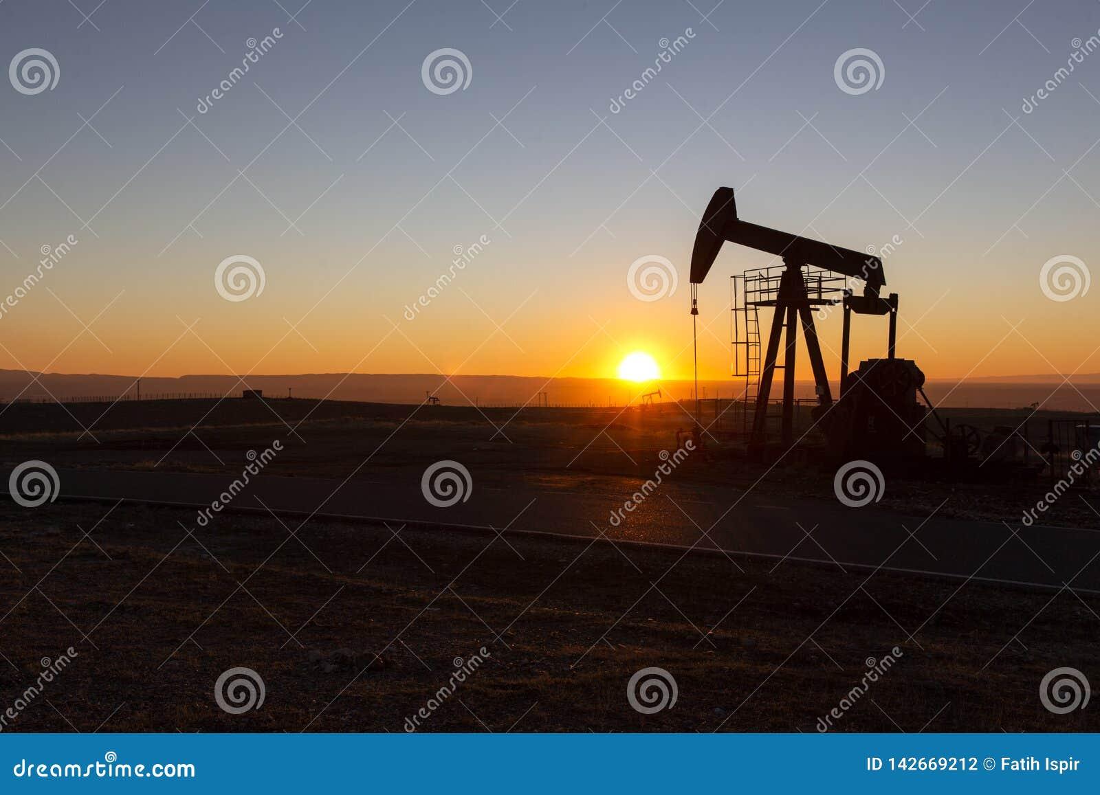 Vue de Pumpjack au coucher du soleil