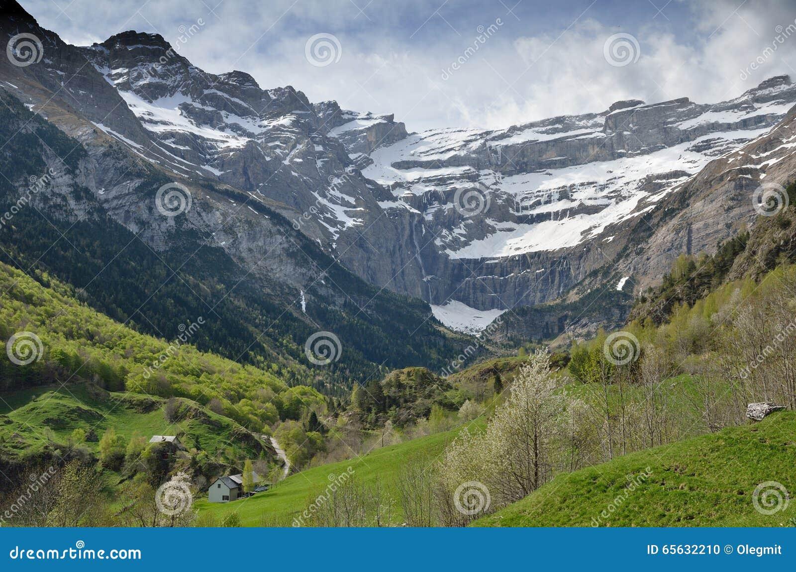 Vue de ressort du village de montagne Gavarnie