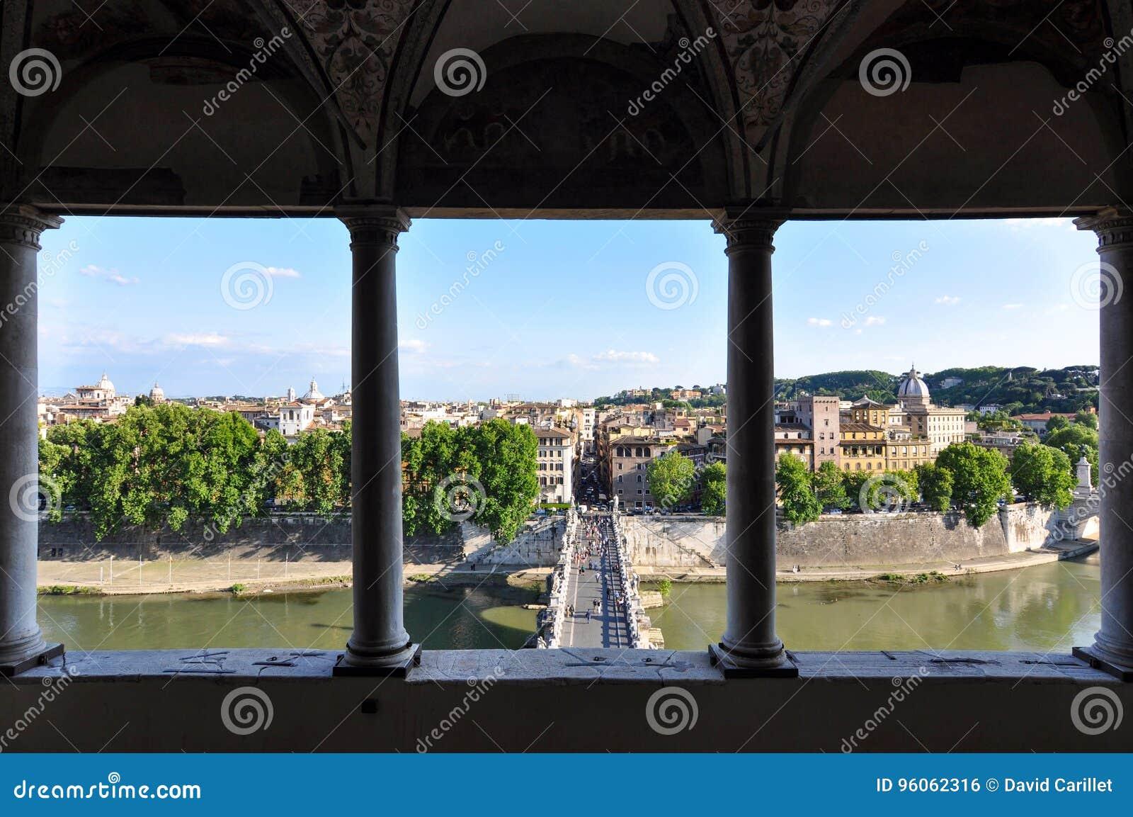 Vue de Rome du mausolée historique de Hadrian, ou Castel Sant et x27 ; Angelo en Italie