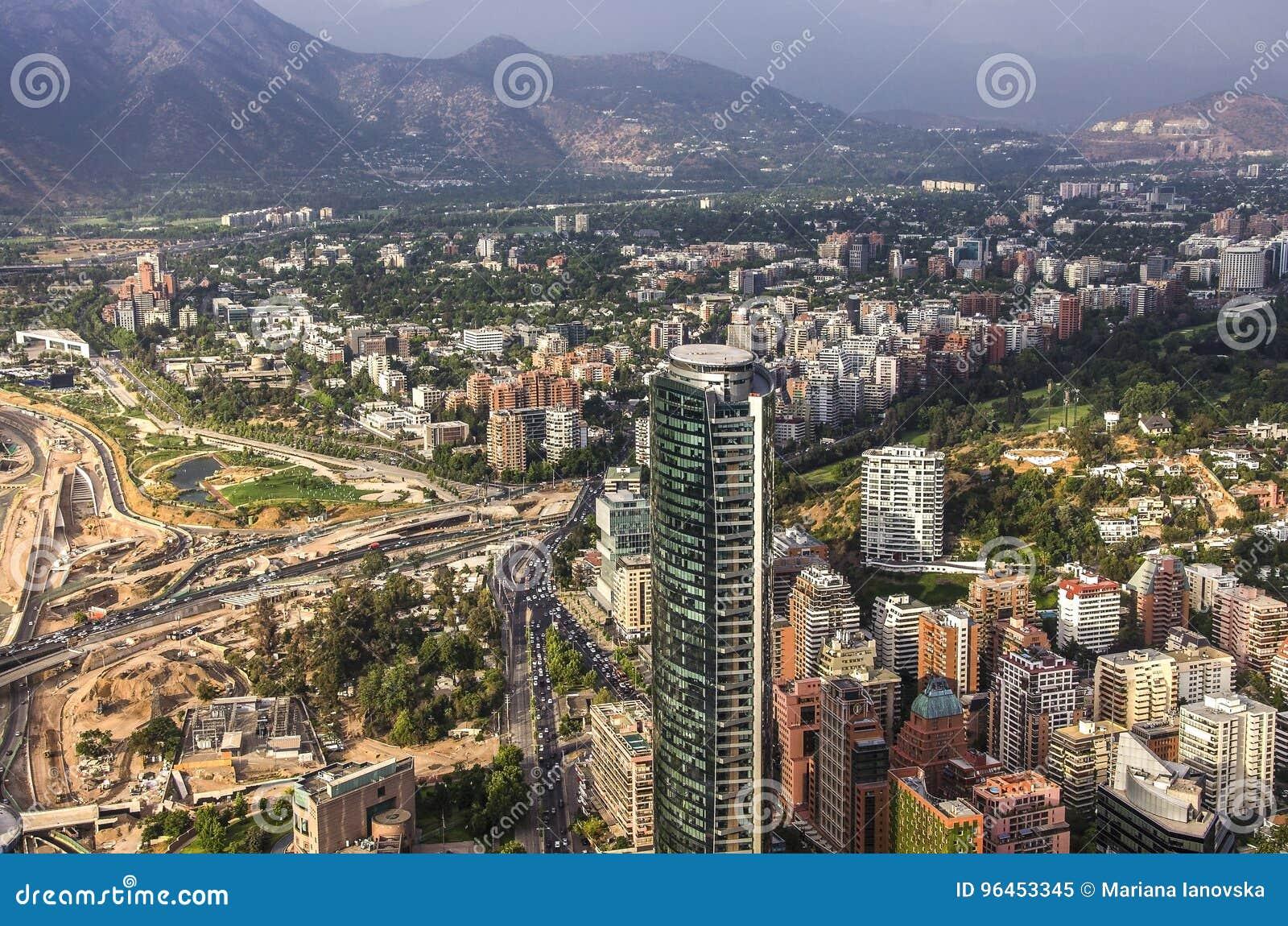 Vue de Santiago de Chile avec la gamme de montagne de visibilité directe les Andes dans le dos