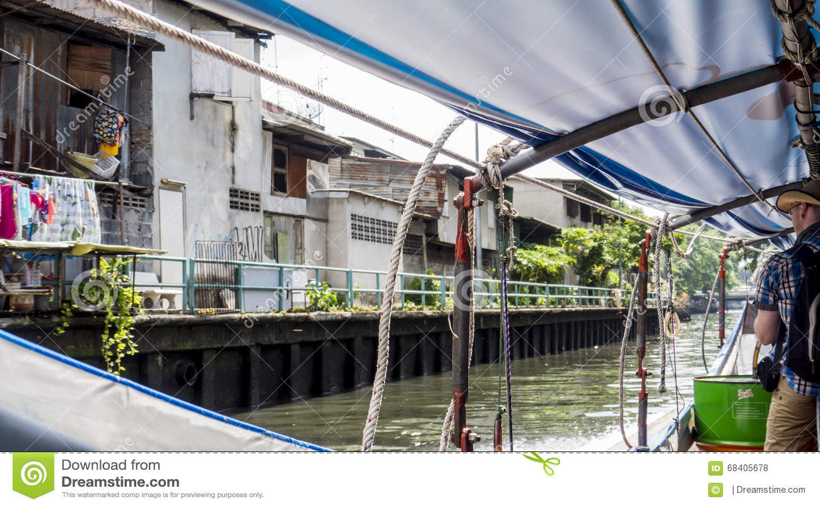 Vue de secret du petit bateau sur le canal de Bangkok