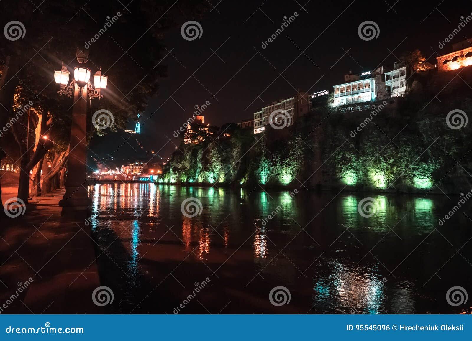 Vue de soirée de Tbilisi et de la rivière Kura au crépuscule