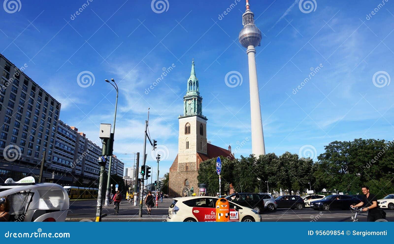 Vue de streptocoque de Spandauer la rue avec l église du ` s de St Mary et la télévision dominent, Berlin, Allemagne