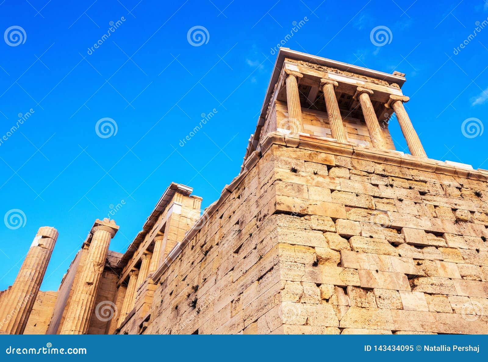 Vue de temple d Athena Nike au passage d entrée de Propylaea, Athènes, Grèce contre le ciel bleu