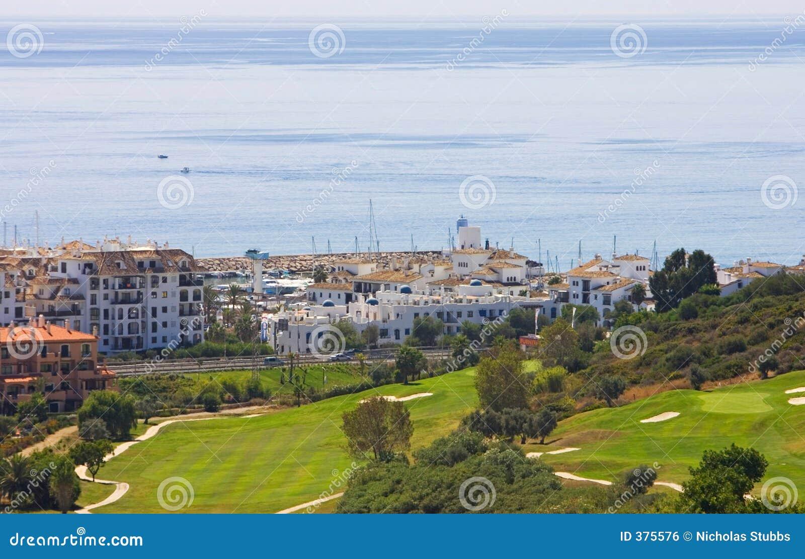 Vue de terrain de golf de Duquesa et vers le bas vers la mer Méditerranée dedans