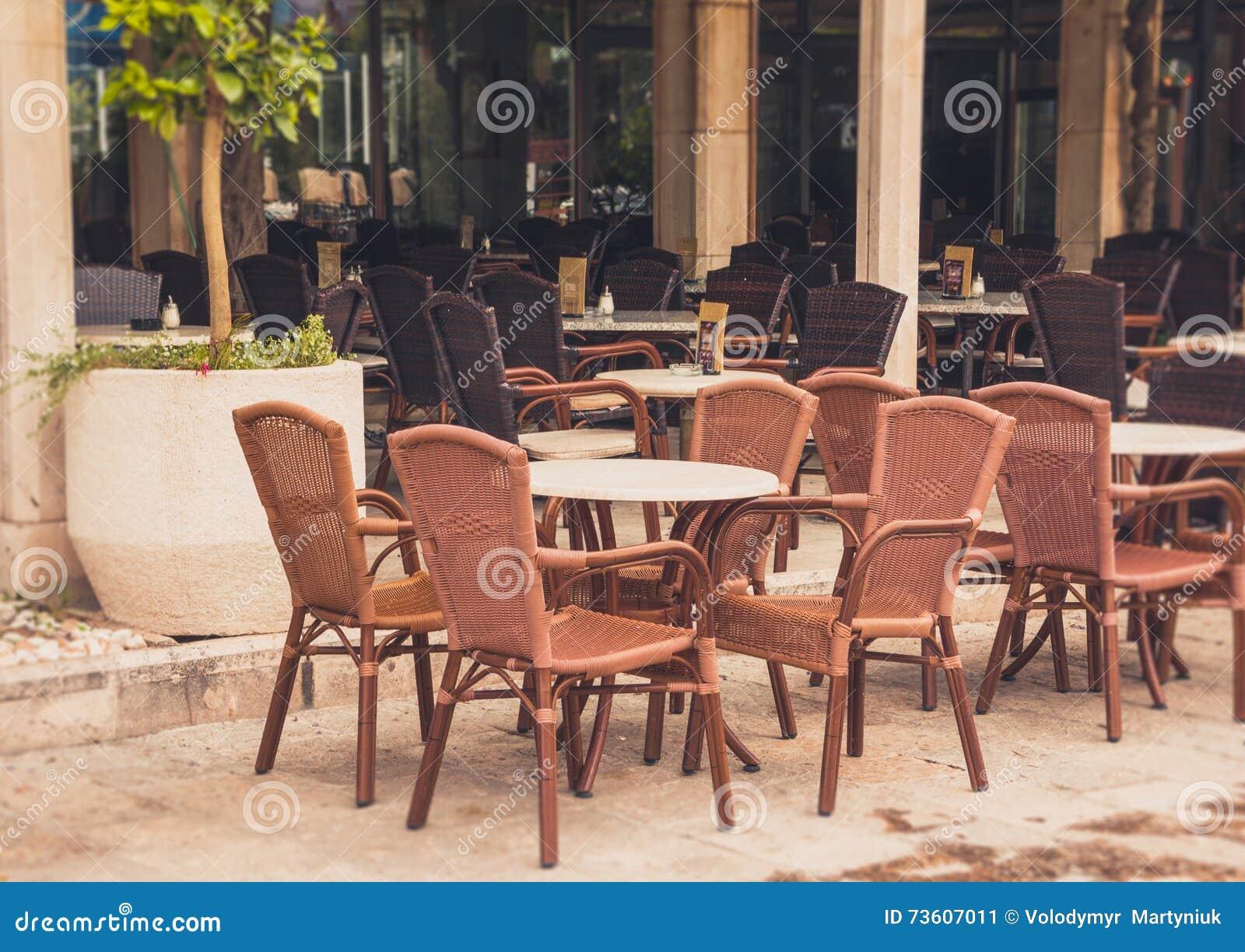 Vue De Terrasse Vide De Café En Plein Air Avec Des Tables Et