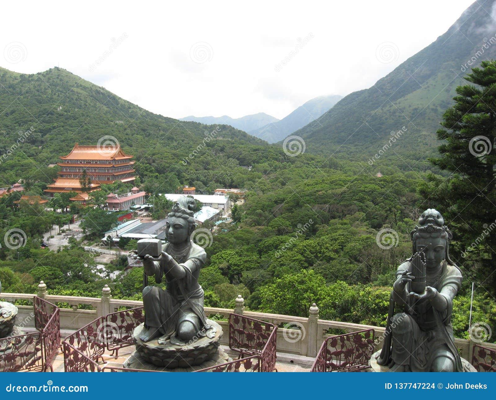 Vue de Tian Tan Buddha vers le monastère de PO Lin, île de Lantau, Hong Kong