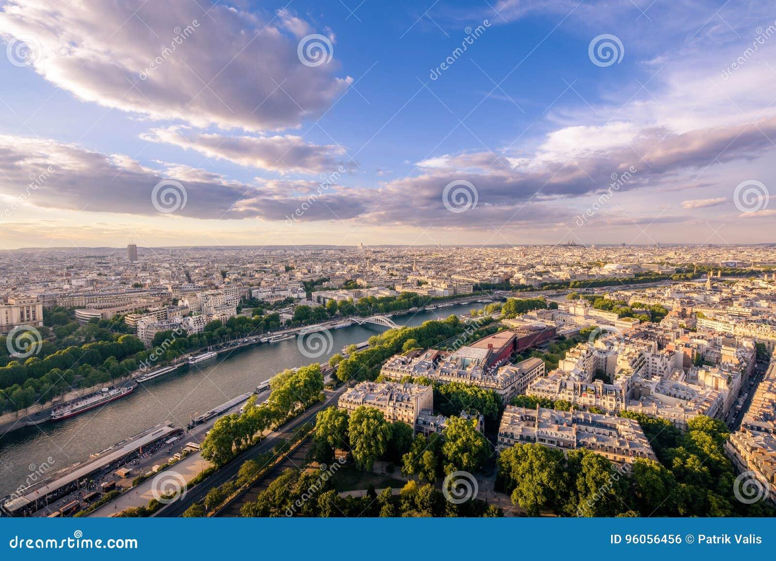 Vue de Tour Eiffel sur la rivière