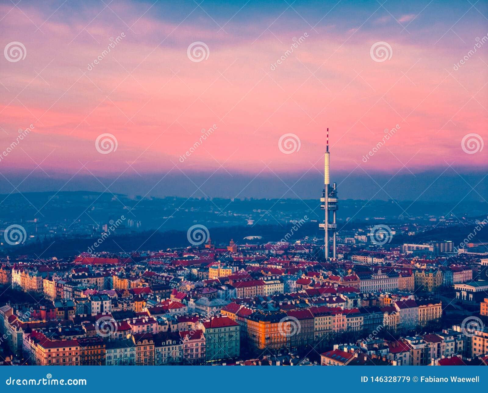Vue de tour de Prague au-dessus de ville
