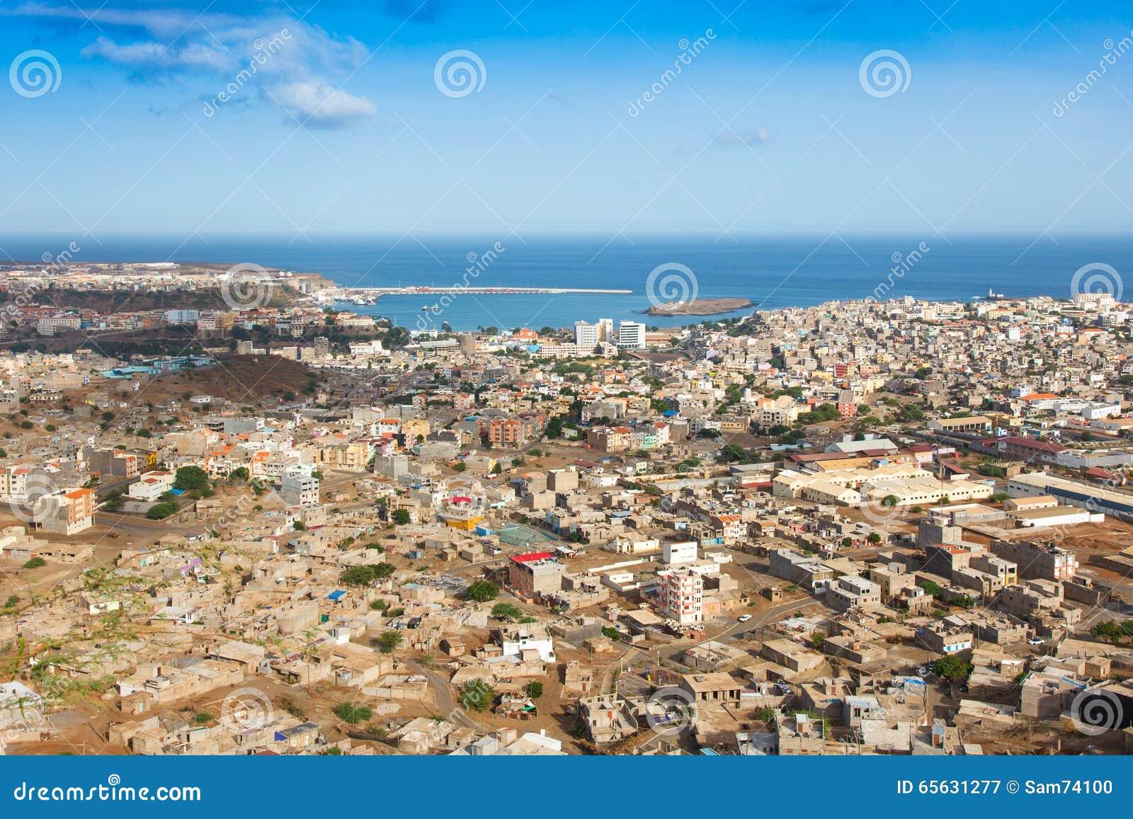 Vue de ville de Praia à Santiago - capitale des îles de Cap Vert -