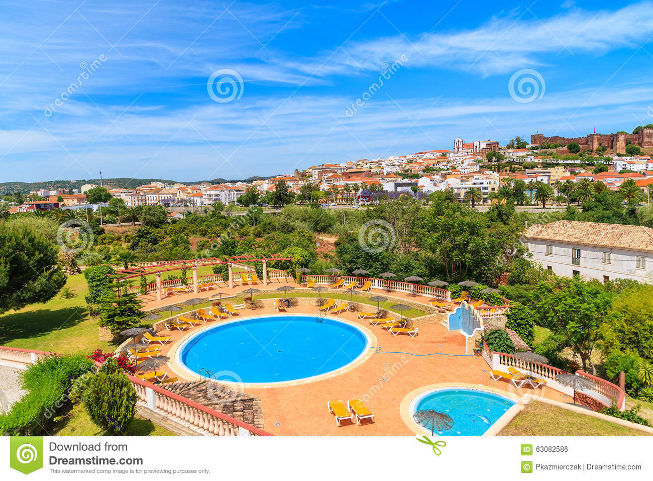 Download Vue De Ville De Silves Et De Piscine Photo stock - Image du pelouse, jardin: 63082586