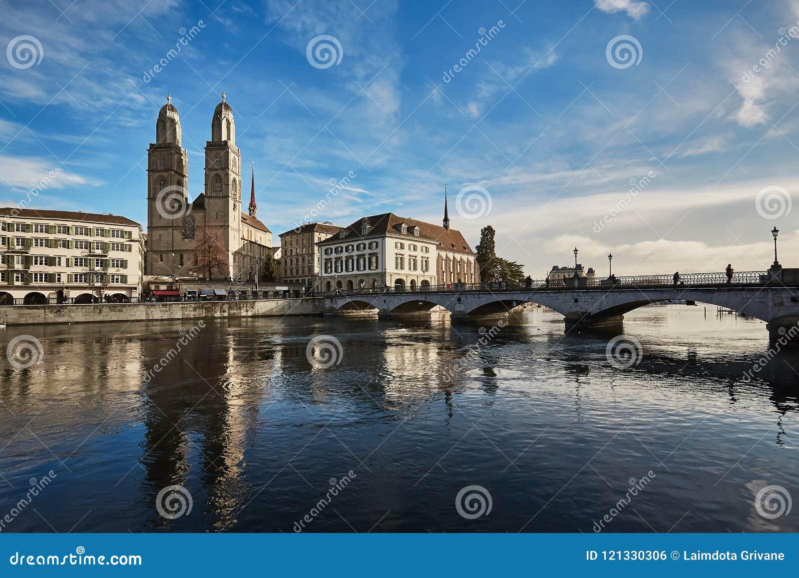 Vue de ville historique de Zurich Église et Munster de Grossmunster