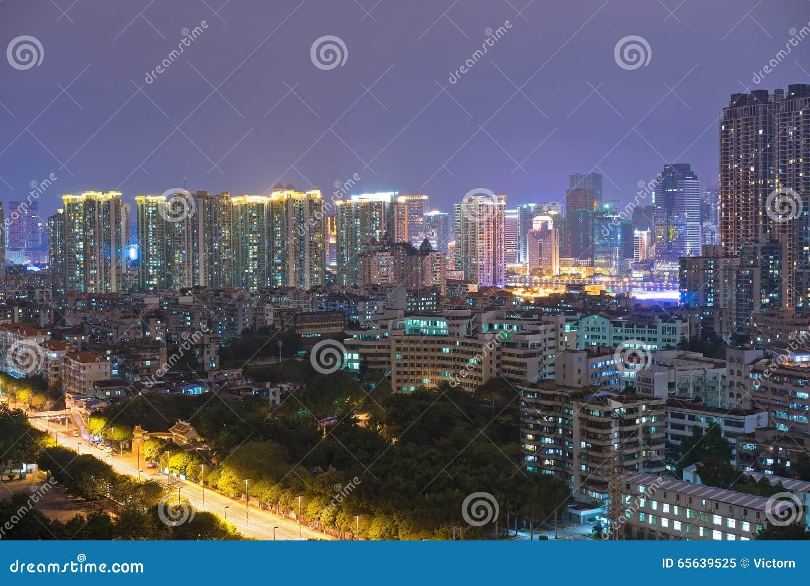 Vue dense de nuit de bâtiments