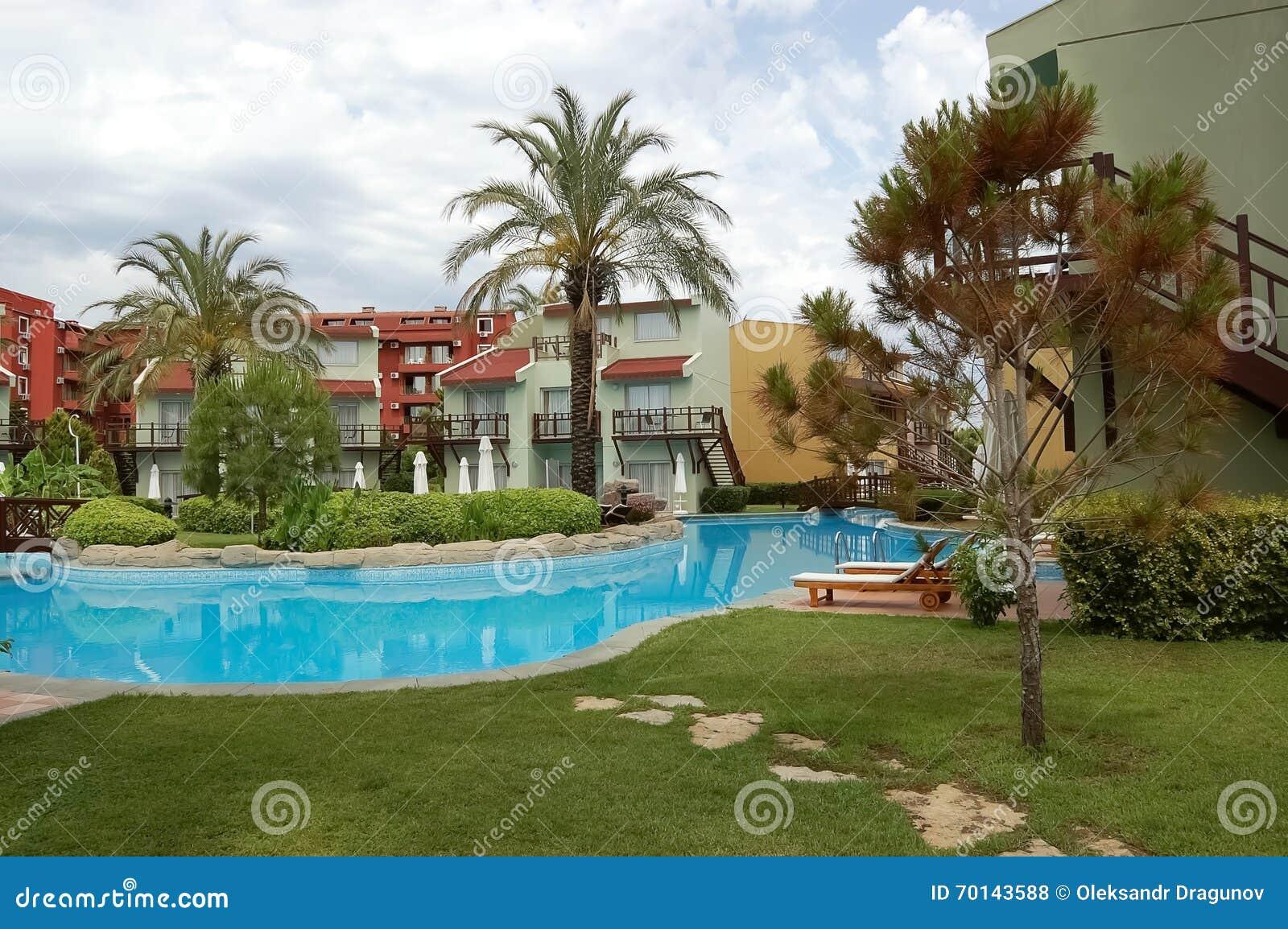 vue des arbres autour de la piscine dans l'hôtel, turquie photo