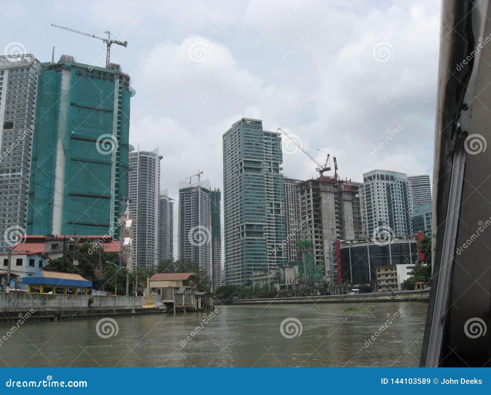 Vue des bâtiments modernes le long de la rivière de Pasig, Manille, Philippines