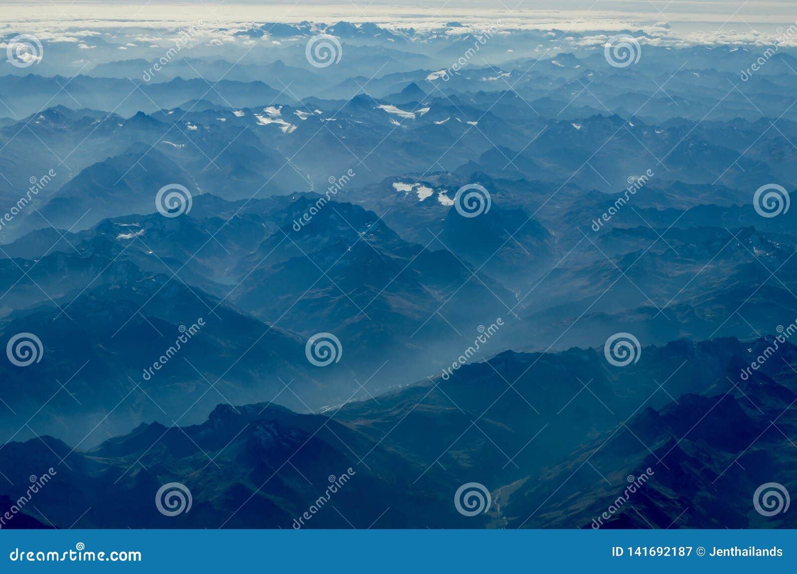 Vue des gammes de montagnes de multiples