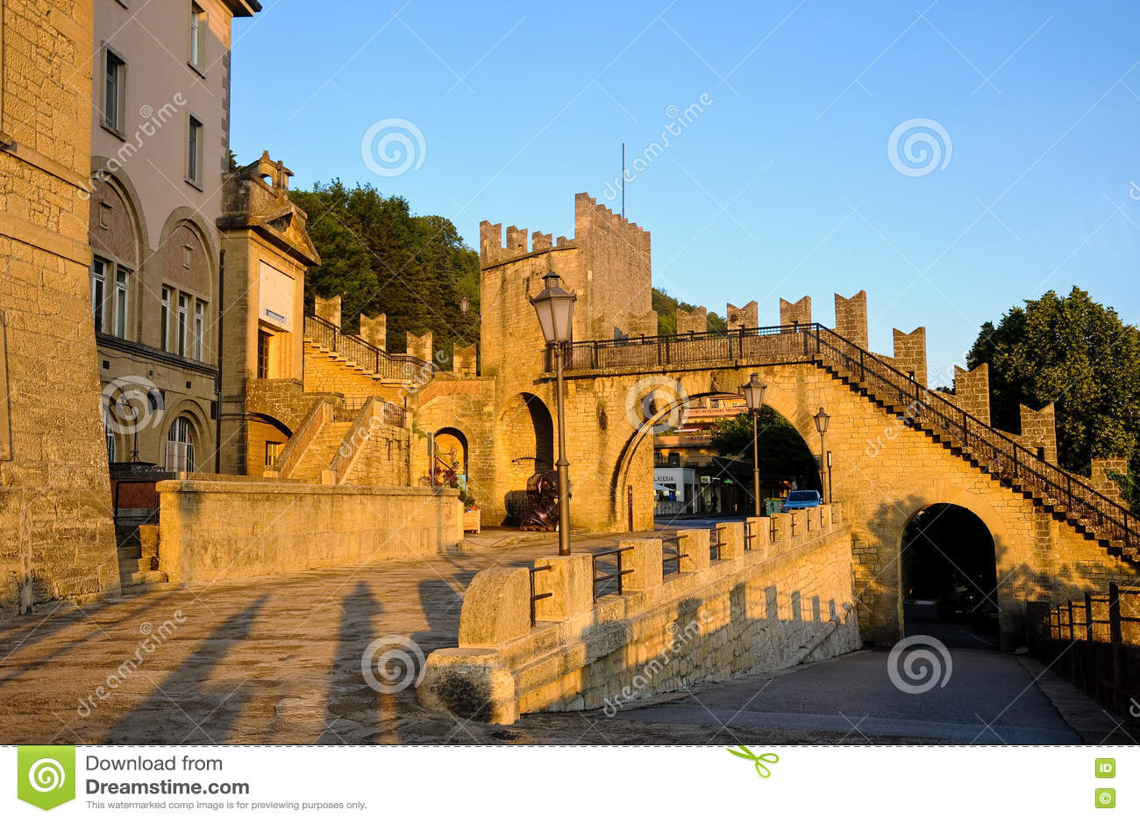 Vue des murs du San Marino Republic au coucher du soleil