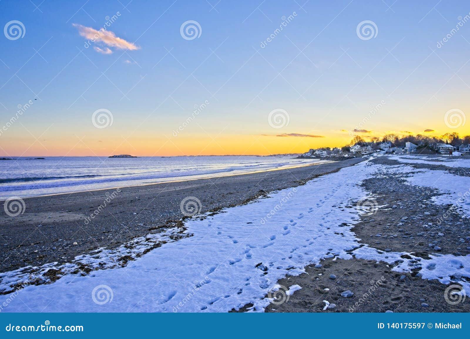 Vue des vagues d océan et de plage pendant le coucher du soleil pendant l hiver en Nouvelle Angleterre