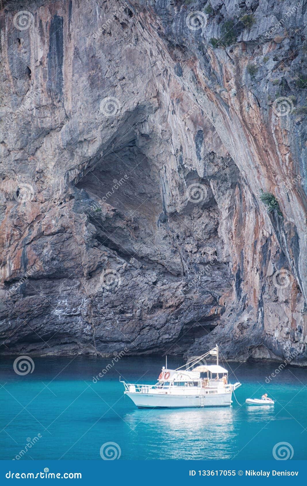 Vue des yachts, des roches et de la baie
