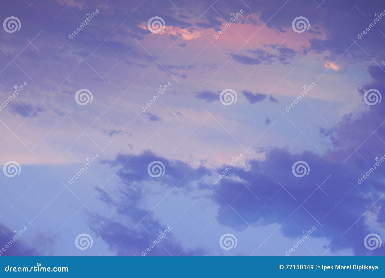 Vue dramatique et belle de ciel après coucher du soleil