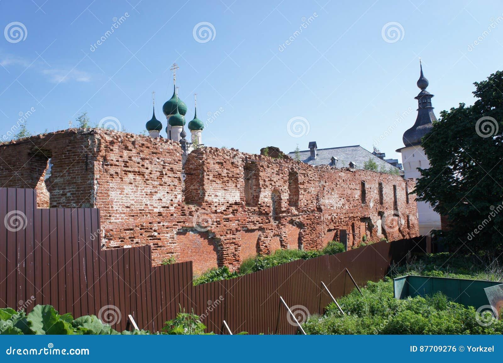 Vue du bâtiment détruit dans la ville de Rostov Veliky dans la région de Yaroslavl