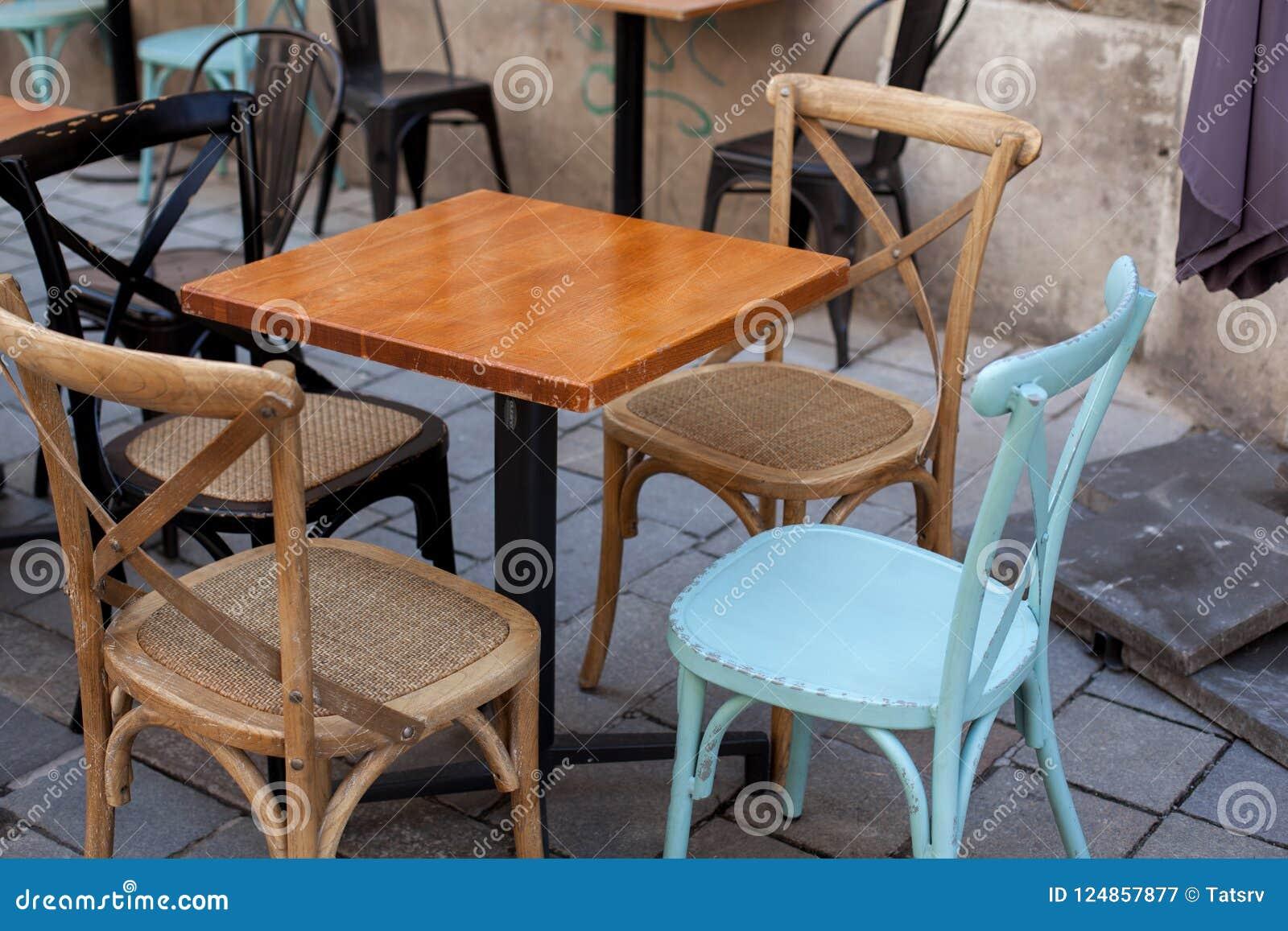 Table Bois Metal Exterieur vue du café extérieur vide de terrasse extérieur avec de