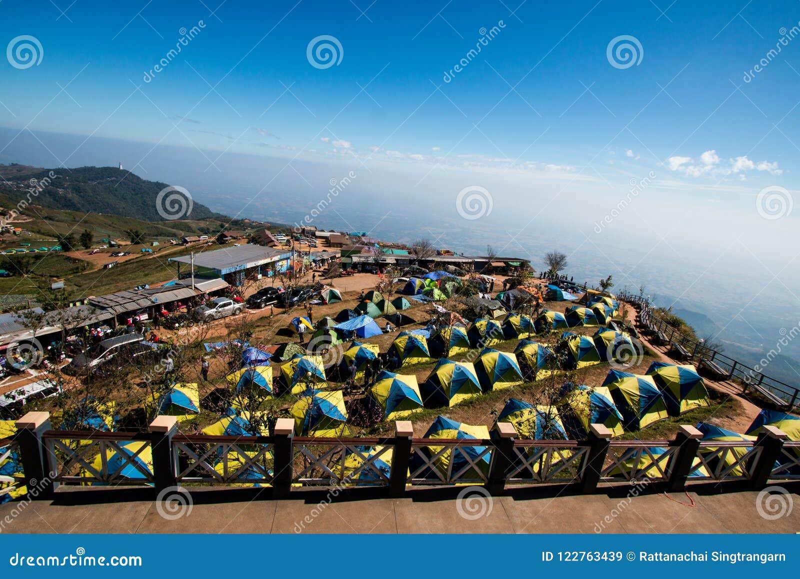 Vue du camping de touristes de tente sur la montagne de gamme dans les vacances détendez l endroit de point de repère de voyageur