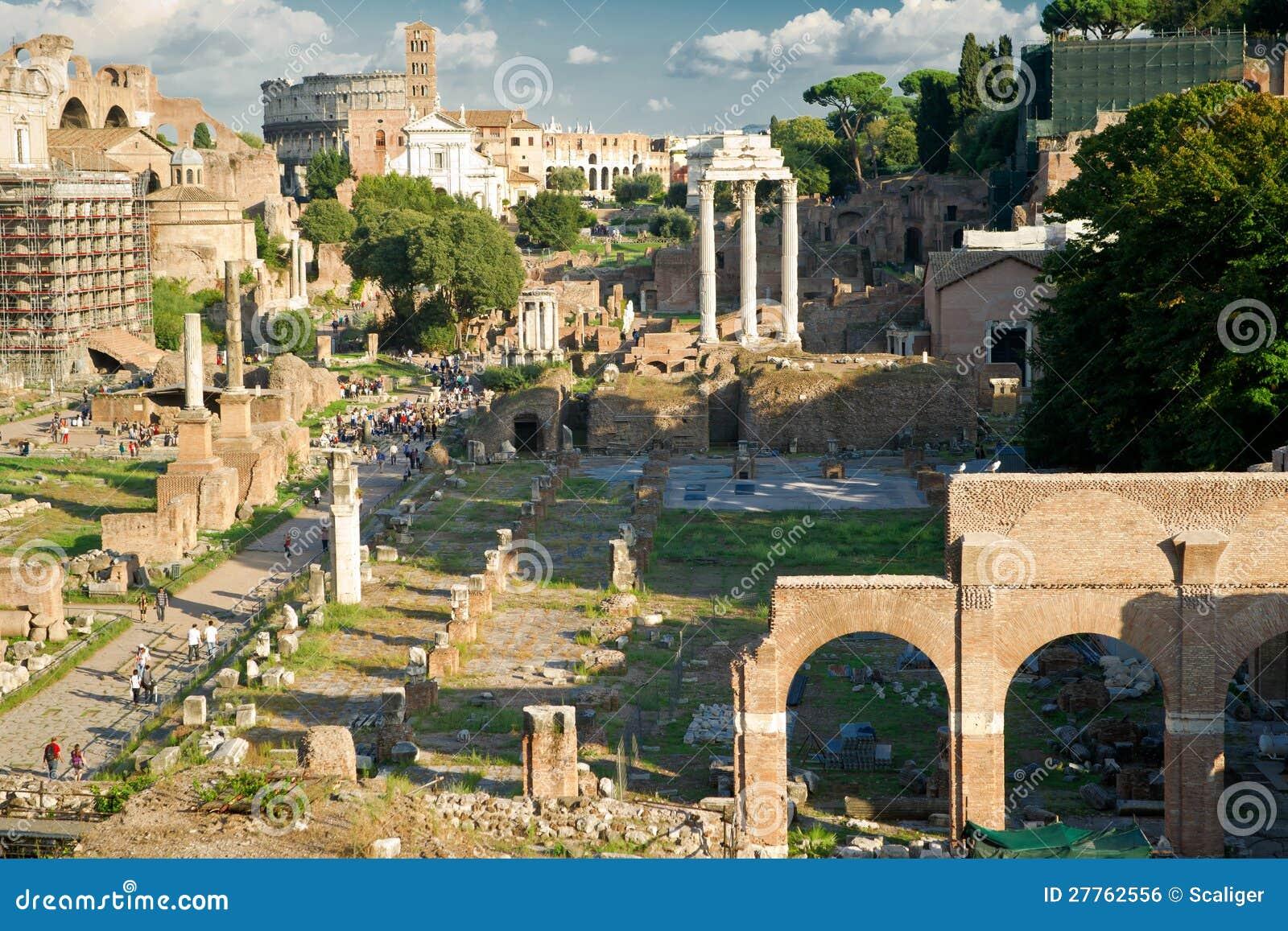 Vue du forum romain à Rome