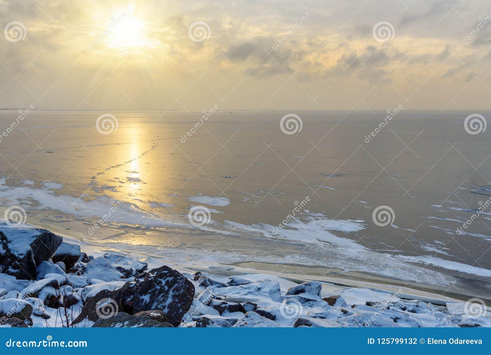 Vue du golfe de Finlande congelé dans le wiinter St Petersburg, Russie