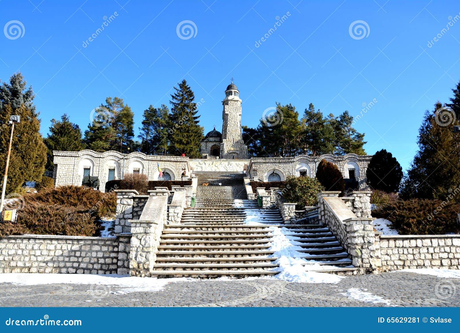 Vue du mausolée des héros dans Mateias, près de Campulung
