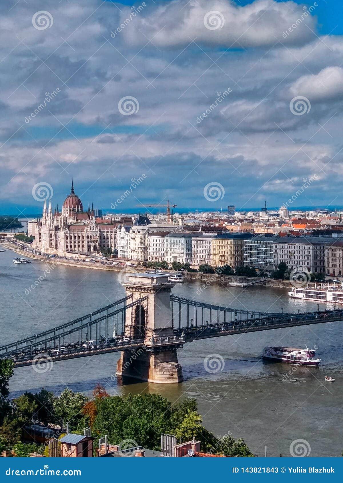 Vue du parlement hongrois chez le Danube dans la ville de Budapest, Hongrie
