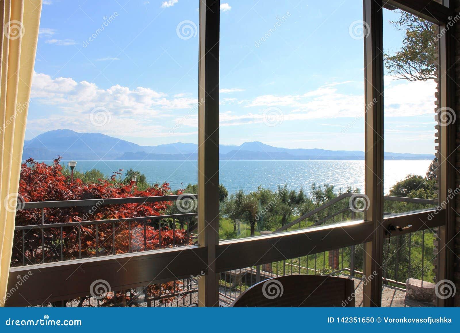 Vue du policier de lac Sirmione Italie par la fenêtre de salle à manger