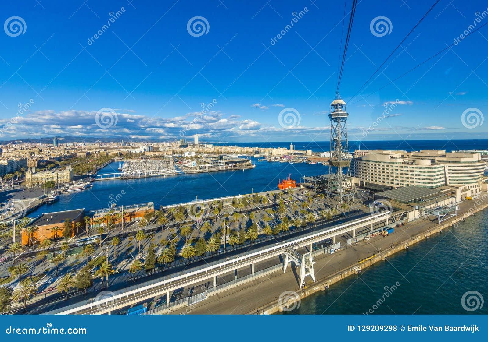 Vue du port de Barcelone Espagne du funiculaire avec ses palmiers et l océan