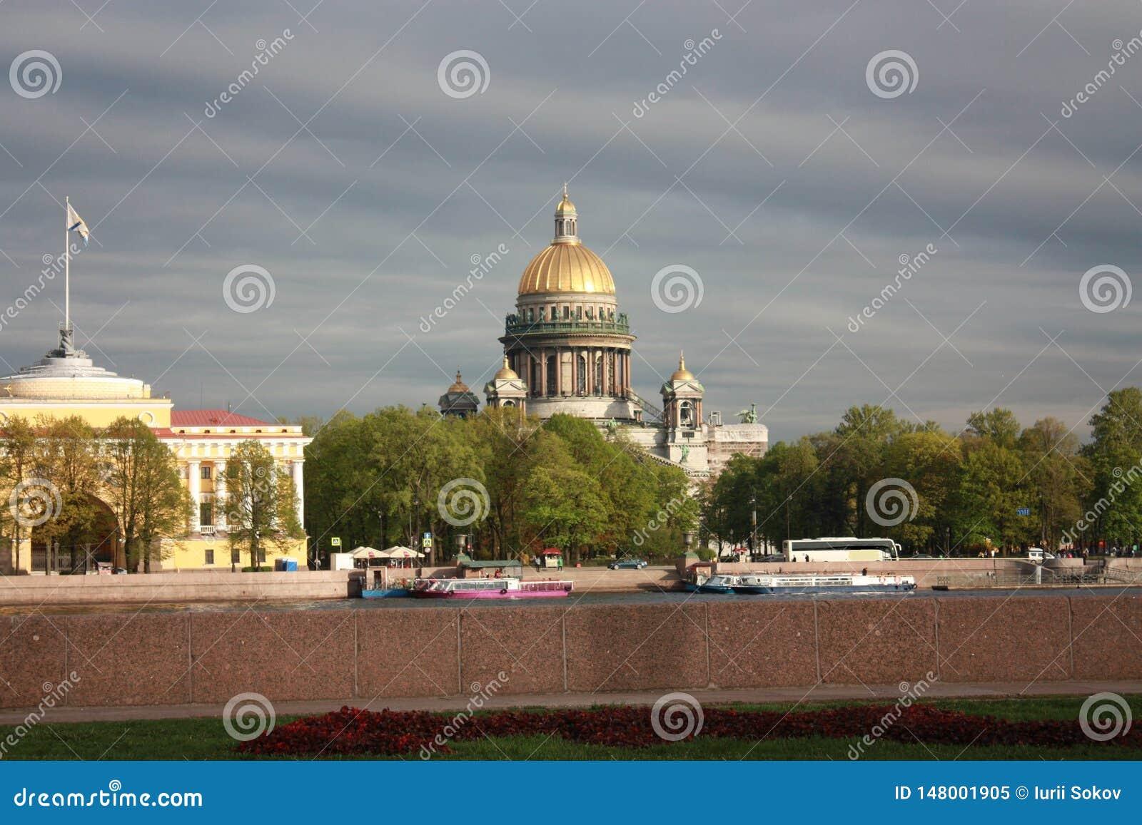 Vue du remblai et de cathédrale de St Isaac à Pétersbourg