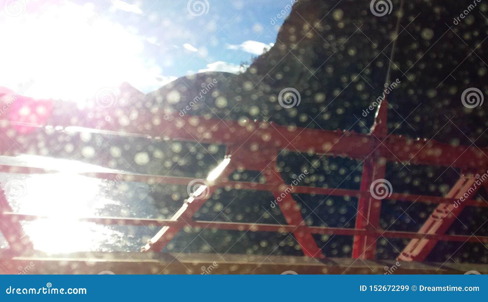 Vue du soleil au coucher du soleil d un pont entre les montagnes