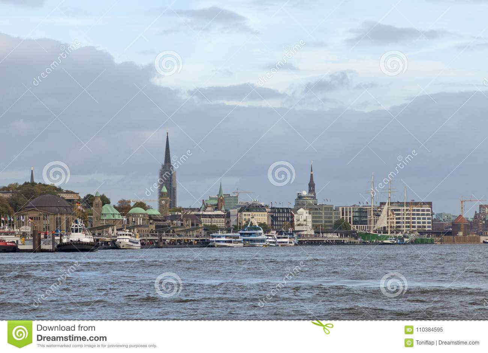 Vue du St Pauli Piers, une d attr de touriste de commandant du ` s de Hambourg