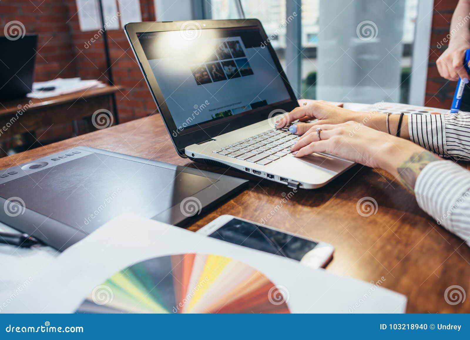 Vue en gros plan d espace de travail de dessinateur d intérieurs avec l ordinateur portable, le comprimé graphique, le téléphone