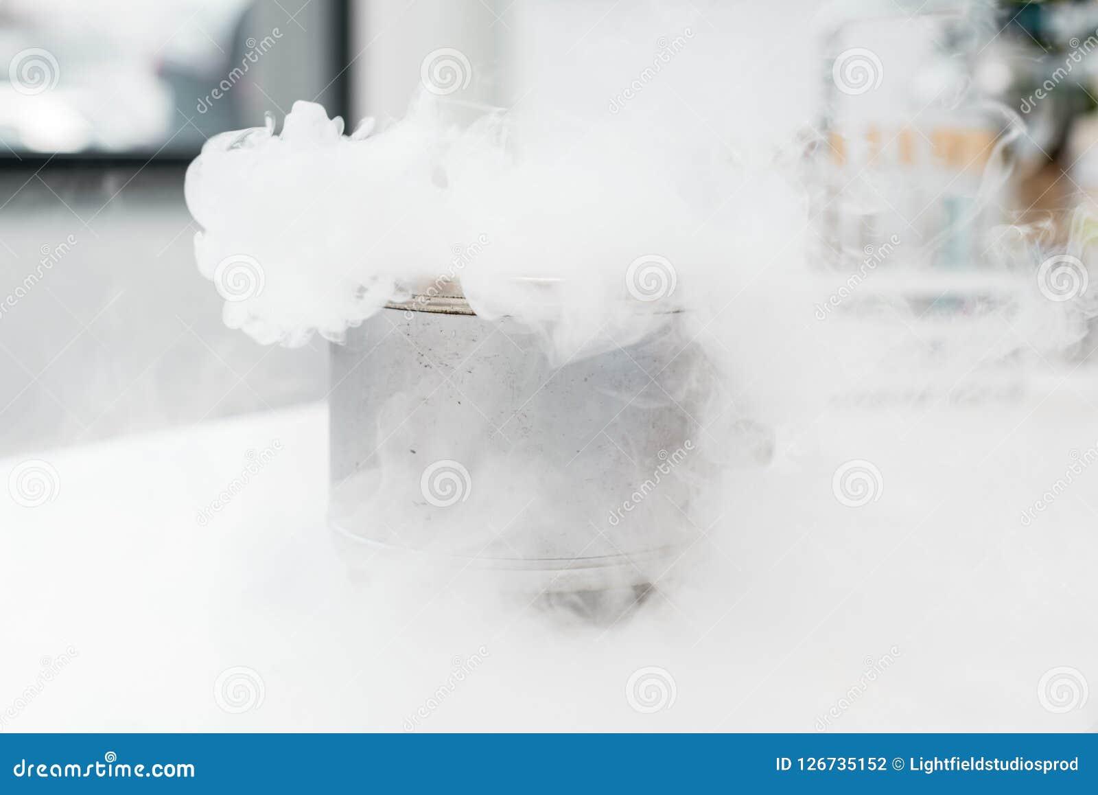 Vue en gros plan d expérience scientifique avec la vapeur