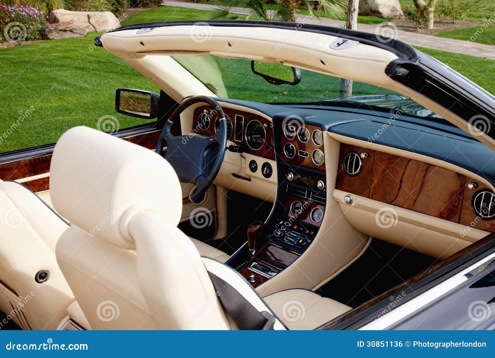 Vue en gros plan de l int rieur de la voiture de luxe avec for Interieur voiture de luxe