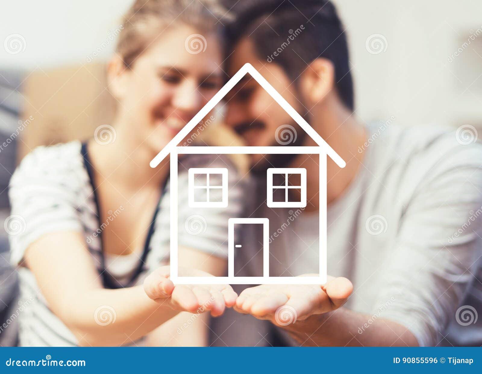 Vue fabriquée à partir de des fruits et légumes d isolement sur des couples de whiteYoung tenant leur nouvelle, rêveuse maison da
