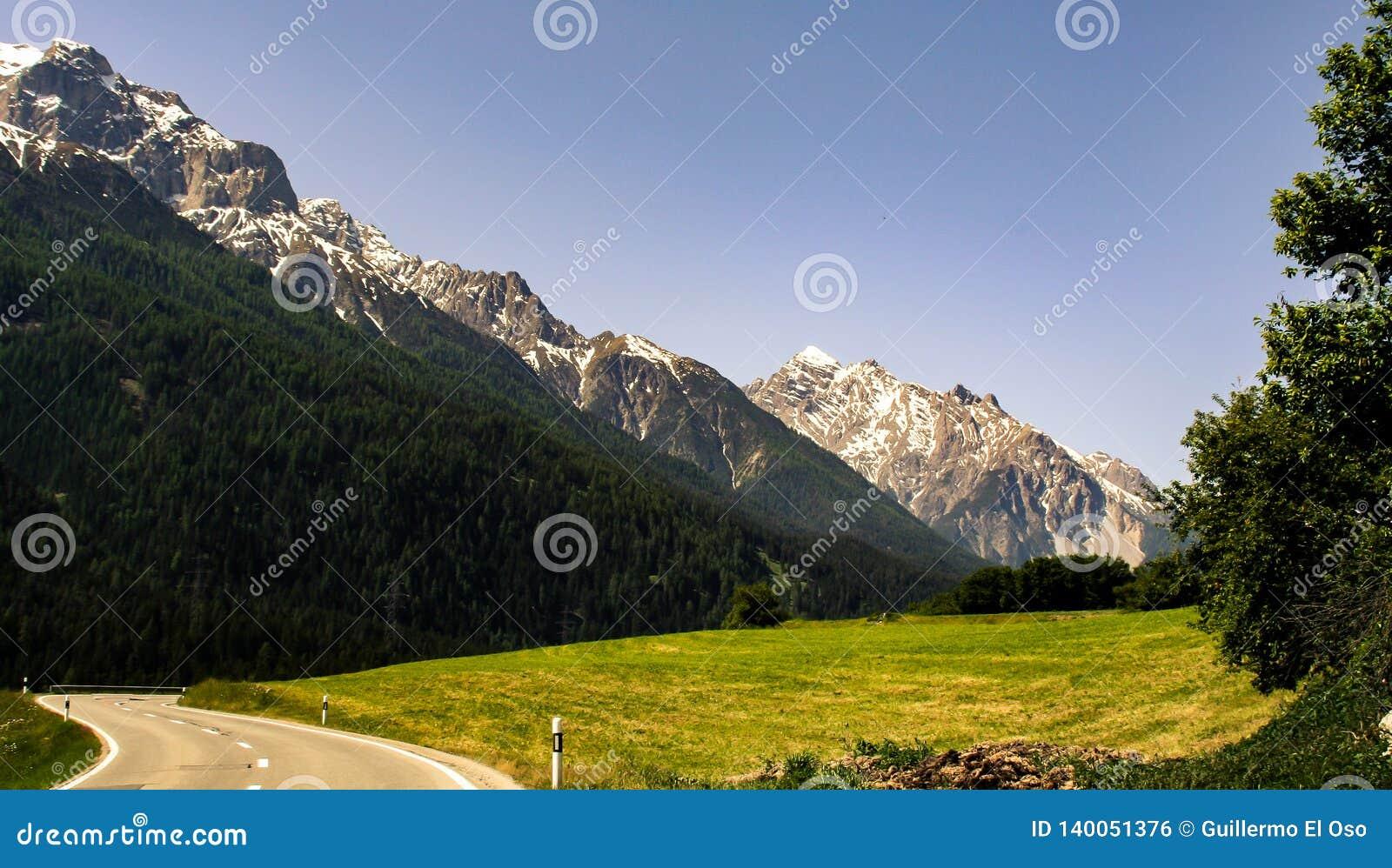 Vue fraîche sur la montagne de la vallée